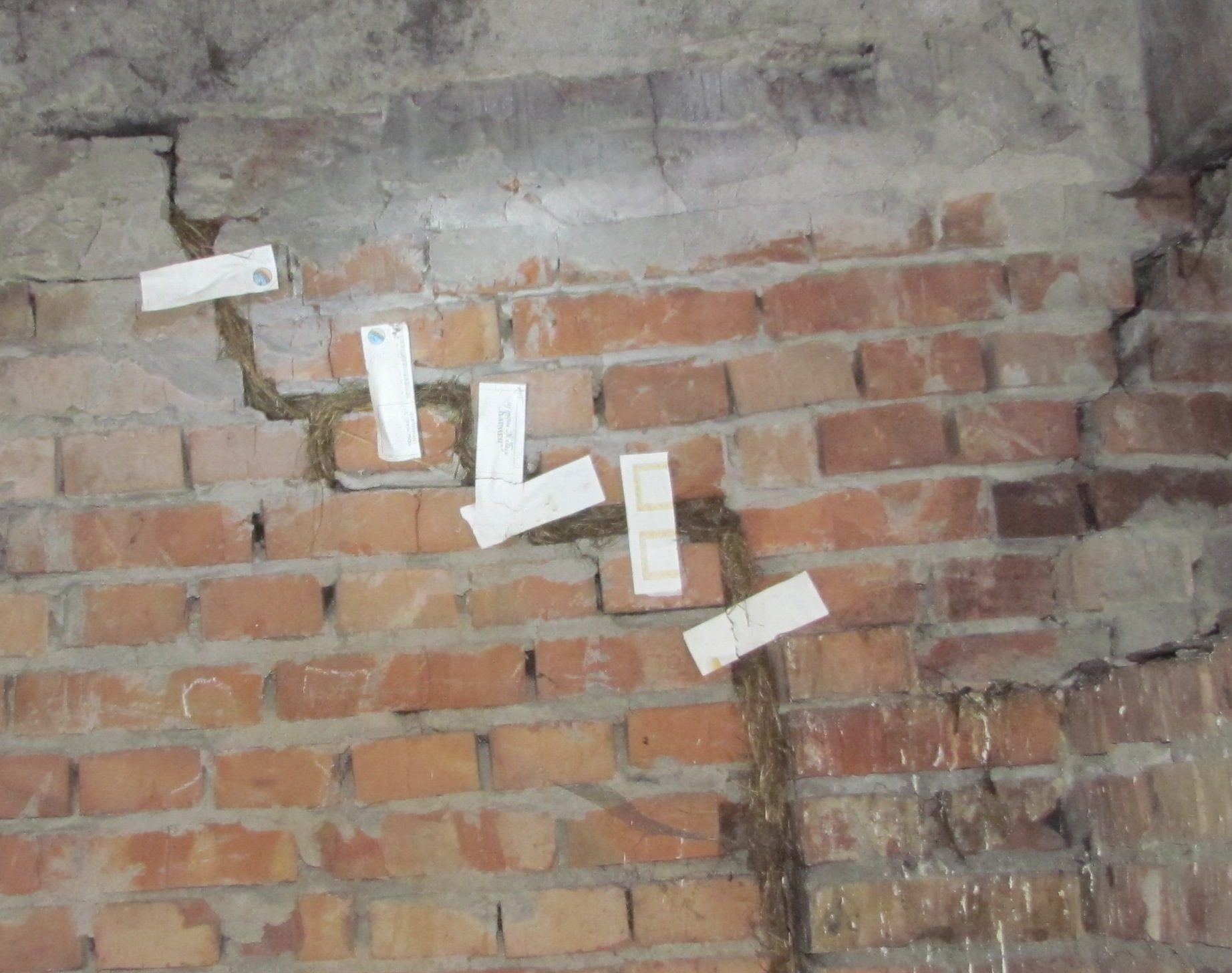 Бумажные полоски накленные на трещине в стене некоторые считают маяками