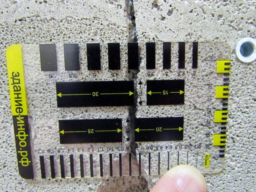 Измерение ширины раскрытия трещины шаблоном-линейкой