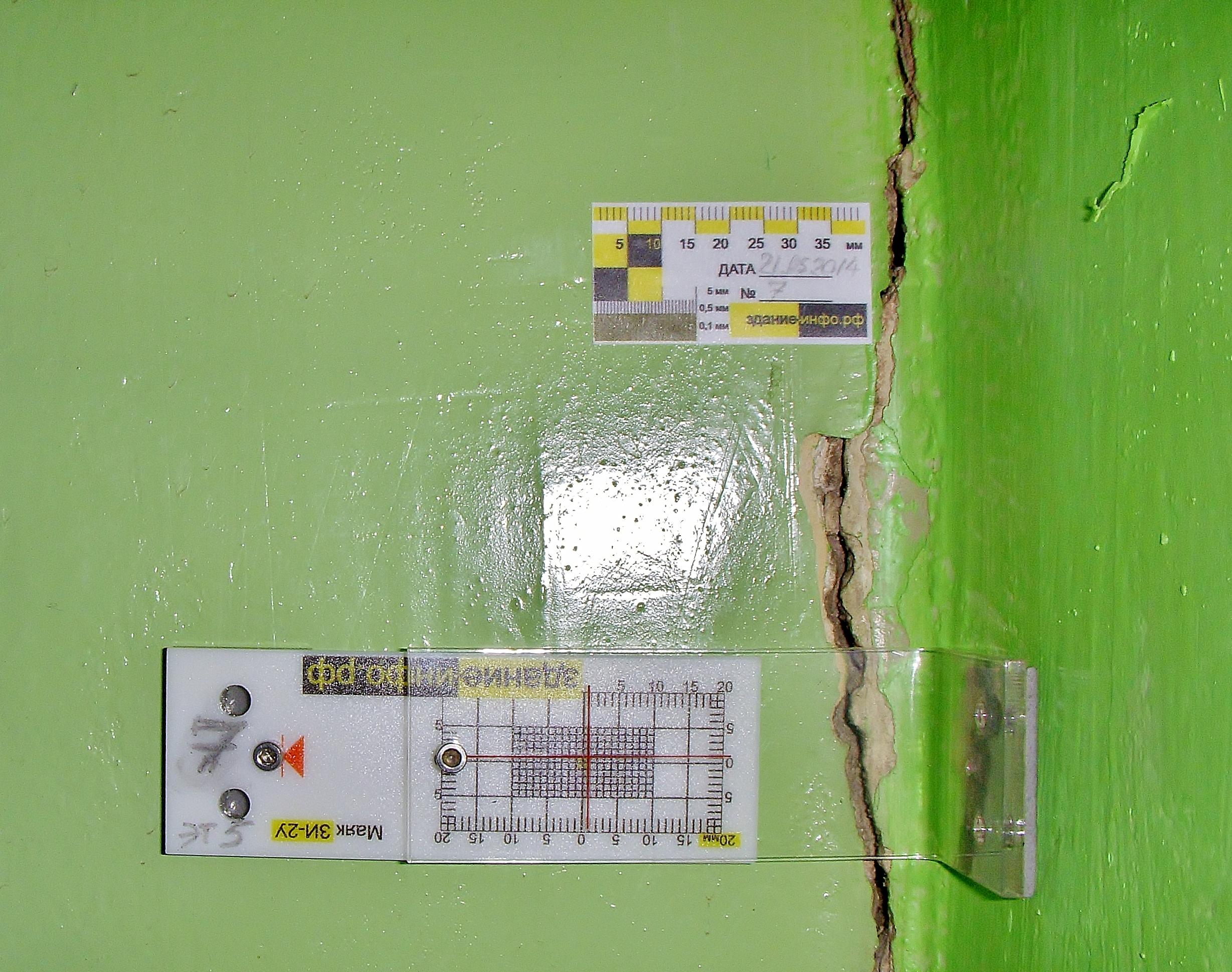 Наблюдение за трещинами при помощи пластинчатого маяка в углу здания